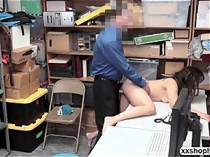 Shoplifter Ziggy star gets smash by 2 abnormal LP officer