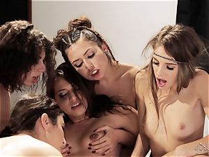 Bree Daniels and her mates have a lezzy romp