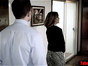 Real estate agent tricked into pound by creepy crank