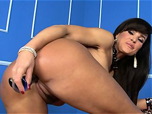 spectacular Lisa Ann rams her fuck stick deep in her humid puss