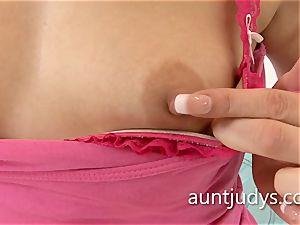 cool mummy Anna fun fingers her mature vag deep