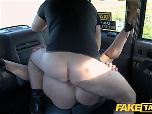 faux taxi light-haired cougar Victoria Summers screwed in a cab